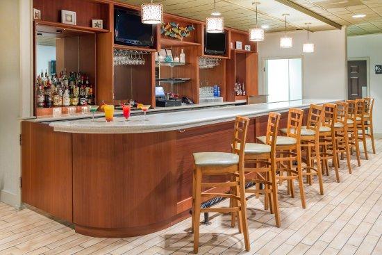 Ramada Plaza by Wyndham Nags Head Oceanfront: Peppercorns Bar