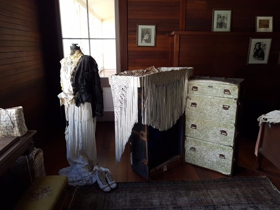 Robert Louis Stevenson Museum: Mrs RLS dress and room