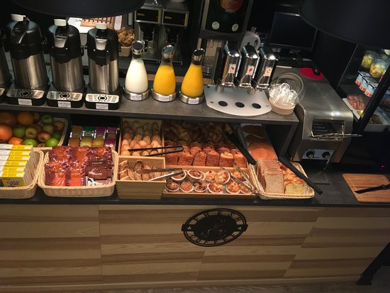 La Creche, France: Petit déjeuner buffet / Breakfast buffet