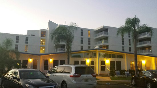 Sea Crest Apartments on Siesta Key: View of Sea Crest from the parking area