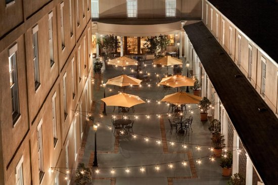 DoubleTree by Hilton Hotel and Suites Charleston - Historic District: Courtyard at Twilight