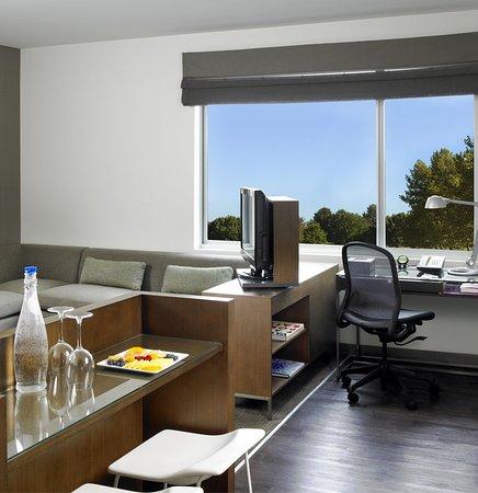 Ewing, NJ: Studio King Suite Living Space