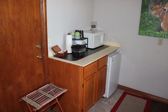 Whispering Pines Bed and Breakfast: English Hunt Suite - in room breakfast nook with microwave and mini fridge