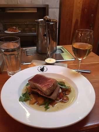 Au Pied de Cochon : Tuna Steak and Glass of Wine