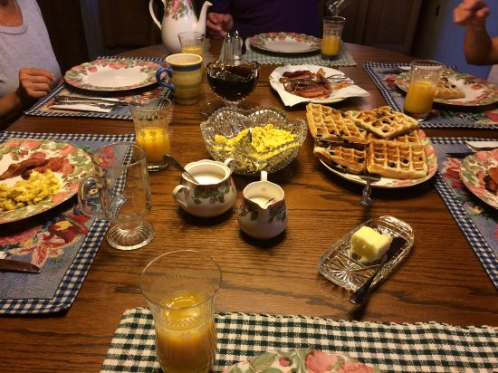 Mountain Top Bed & Breakfast: Scrumptious rosemary eggs, blueberry waffles, bacon, orange juice