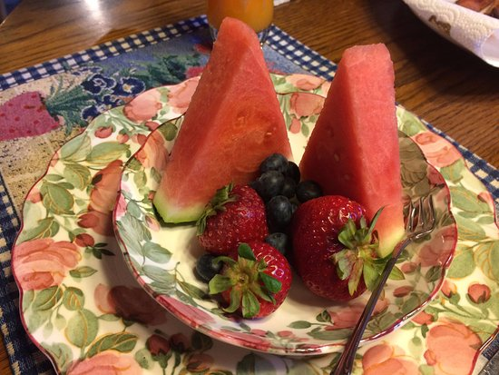 Mountain Top Bed & Breakfast: Fruit arrangement