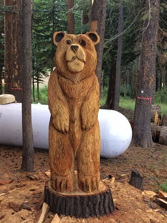 Springville, Californie : Hand carved bear on grounds
