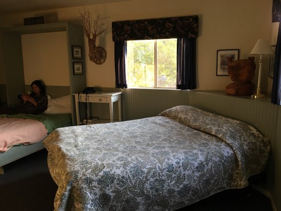 Sequoia Motel in Three Rivers: Cabin No. 5 (2 beds, 1 bath, full kitchen)