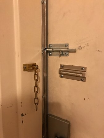 Best Western Palo Duro Canyon Inn & Suites: Queen Suite - Top lock doesn't lock, broken chain lock, and the deadbolt did not work.