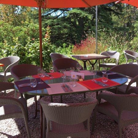 Lauret, Γαλλία: Dans l'extrême convivialité entretenue par l'hôtesse, j'ai bien aimé notre table ovale pour nous