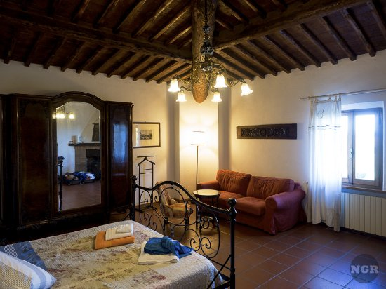 Tenuta la Santissima: Very large room, you get a sense if you look in the mirror.