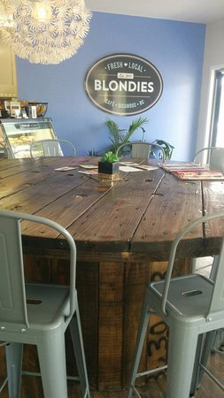 Sicamous, Canadá: The table is an old spool from fibre optic cable.