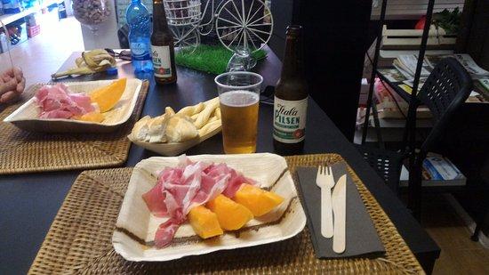 Rivoli Veronese, Włochy: piatti veloci,realizzati con i prodotti freschi in vendita nello spaccio