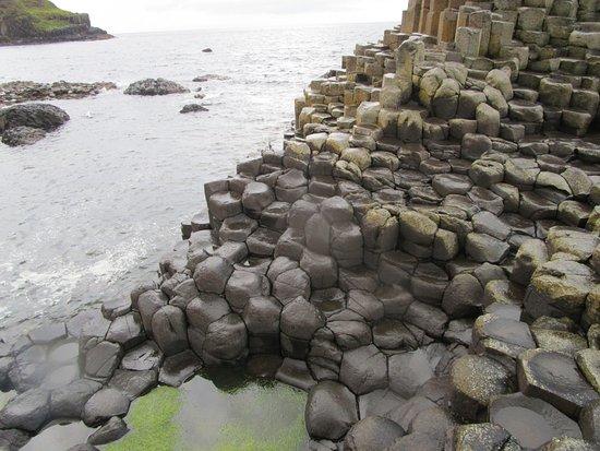 Ballycastle, أيرلندا: 40 000 colonnes hexagonales verticales juxtaposées