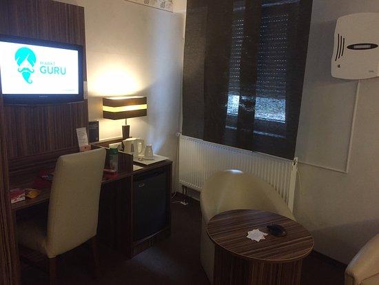 Langenzenn, Niemcy: Schreibtisch, Fenster und die laute Kabelbox an der Wand