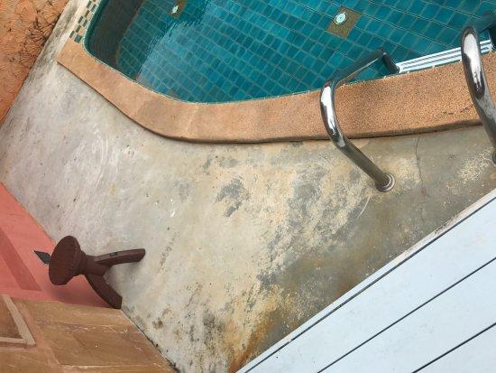 The Aiyapura Koh Chang: Pool beim Zimmer 414, bereits sehr schmutzig und alt!