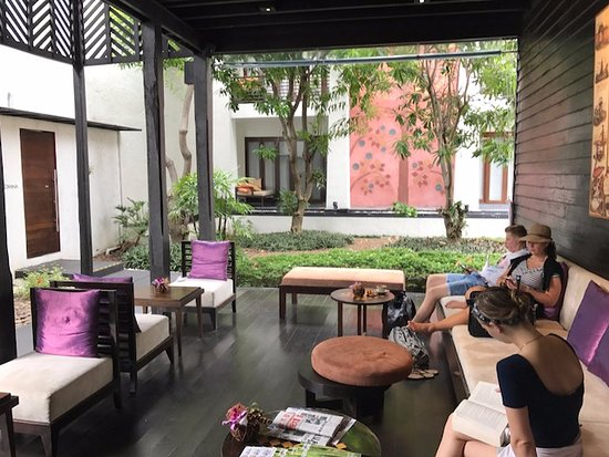 Overdekte buiten lounge en entree picture of u chiang mai