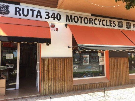 Torrox, İspanya: La tienda de alquiler de las scooters , tenemos cascos , chaquetas , botas , guantes y mucho mas
