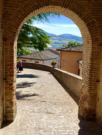 Mondavio, Italia: la porta d'accesso alla Rocca, vista dall'interno (il Corpo di Guardia)