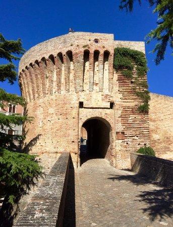 Mondavio, Italia: La porta d'accesso alla Rocca vista dall'esterno