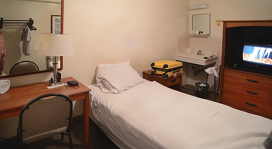 Seafarers & International House: Simple room with good bed.