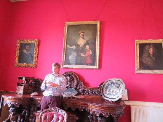 Ballymote, Irlanda: Host Roderick giving a brief history--original ancestor on right!