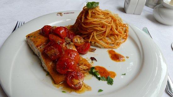 Il Porcino: Gegrillter Lachs mit Tomaten und Pasta im Parmesan-Korb