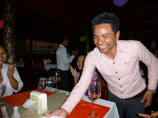 Invito Al Cibo Italian & Thai Restaurant: Chain, the cambodian owner speakts english very vell!