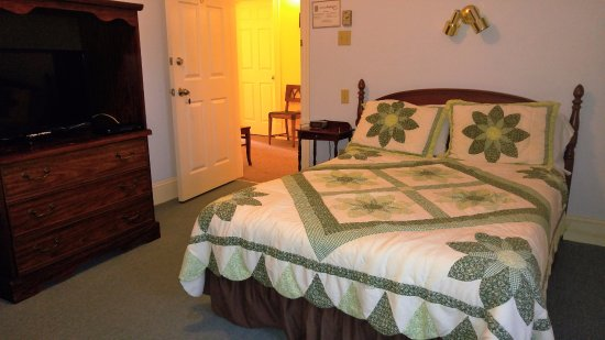 Pictou, Kanada: queen room with hand stitched quilt