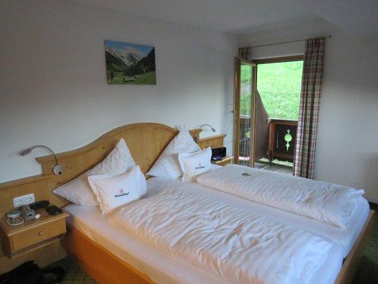 Schlafzimmer mit Doppelbett, Couch und Flachbild-TV - Bild von ...