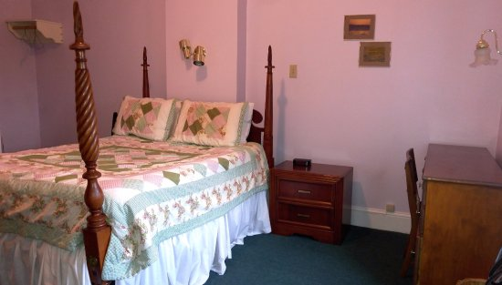 Pictou, Canada: Double bed with hand stitched quilt