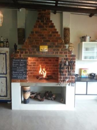 Hekpoort, Sudáfrica: Fire place in kitchen
