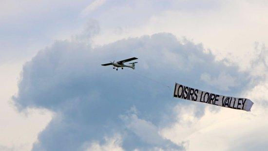 Chouzy-sur-Cisse, France : tractage de banderole au dessus de la Loire