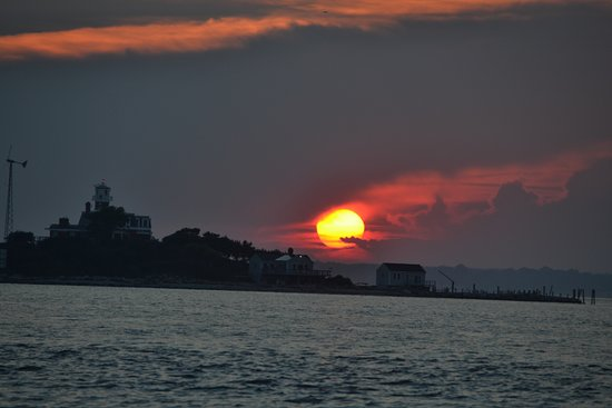Poet's Lounge Sailing Charter -  Day Tours: beautiful sunset