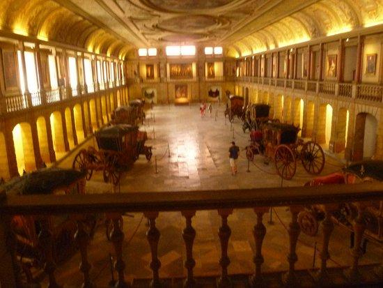 Museu Nacional dos Coches: Не самое лучше качество, но видно, что карет теперь всего 8