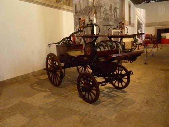 Museu Nacional dos Coches: другой зал одно из средств пожаротушения