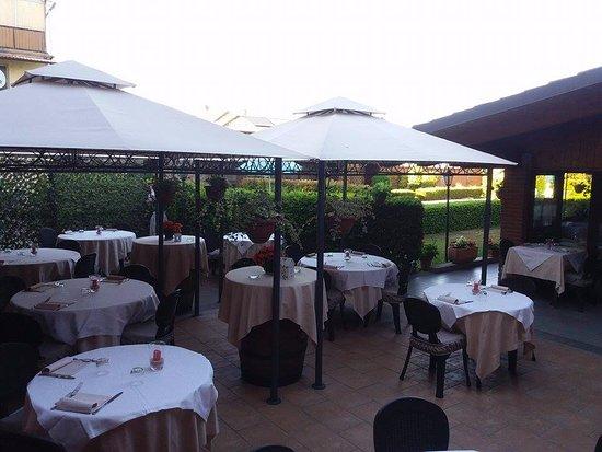 Agliano Terme, Italia: Il nostro dehor :)