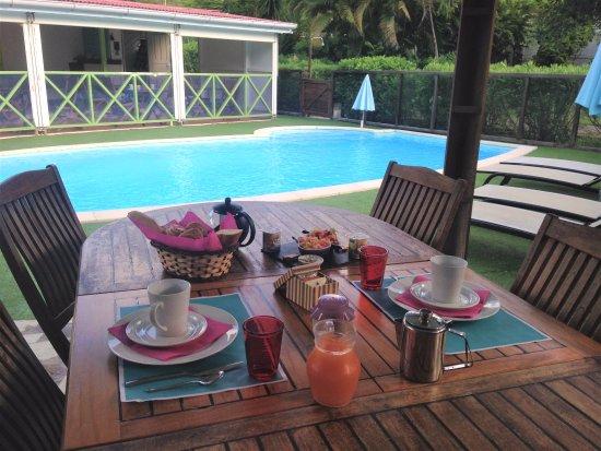 La Rose du Brésil : Le petit déjeuner servi côté piscine de 7h30 à 9h30 à 12 euros par personne
