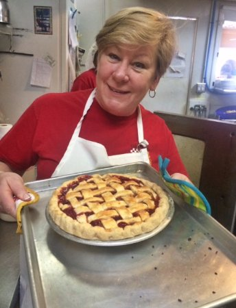 Aiken, Carolina Selatan: Betsy with one of her famous freshly baked pies!
