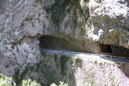 Teverga Municipality, Spain: Paso por tunes de la senda del oso