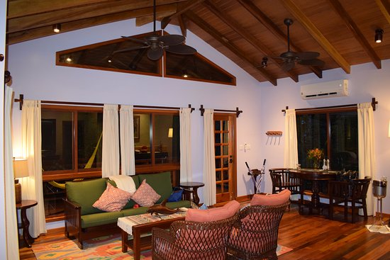 Hamanasi Adventure and Dive Resort: Living area spacious and wonderful!