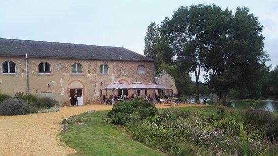 Le Lude, Frankrijk: zicht op het restaurant aan de oever van de Loir