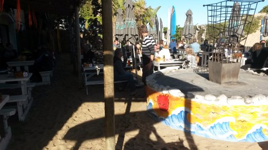 Witsand, Güney Afrika: Sea sand under outside tables. Se the wood fire being prepared
