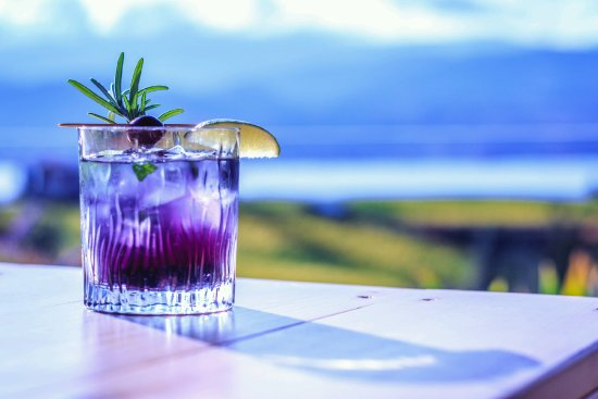 Naramata, Канада: Relax and enjoy the view and craft cocktails on our patio