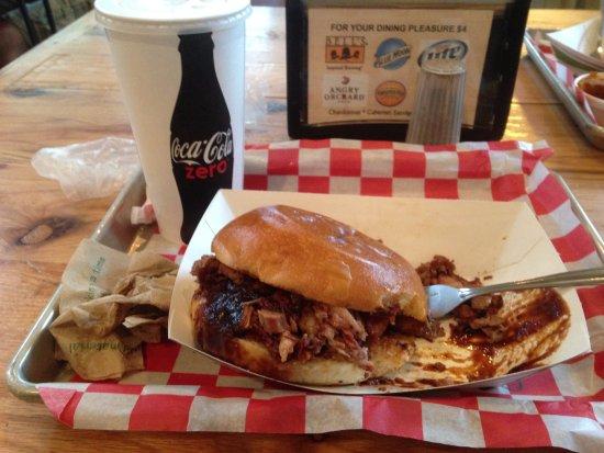Νέο Μπάφαλο, Μίσιγκαν: brisket sandwich with mac n cheese side