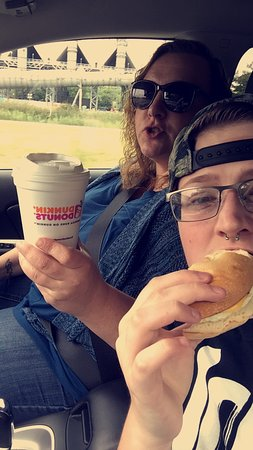 Matamoras, Πενσυλβάνια: Enjoying dunkin from Mary and Jessie.