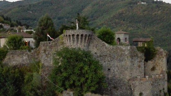 Castiglione di Garfagnana, Italy: veduta della rocca da una delle torri di guardia