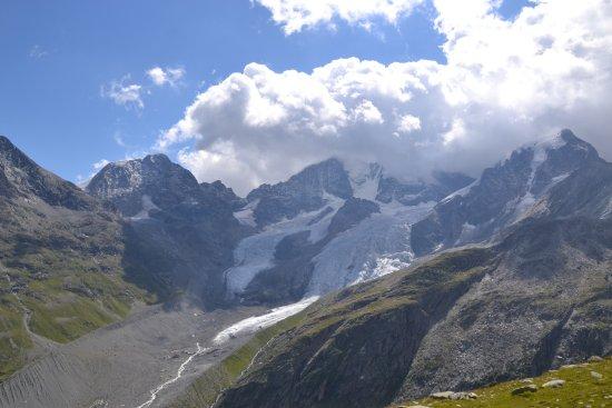 Samedan, Svizzera: Berg- und Gletscherarena an deren Hängen sich die Hütte befindet
