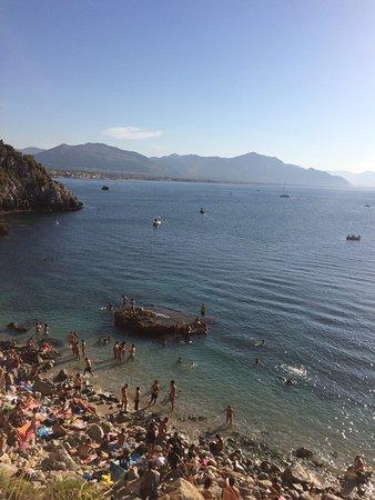 Bagheria, Italie : Panorama dall'alto lungo la discesa alla spiaggia, attraversando le poco segnalate, ma ormai pre