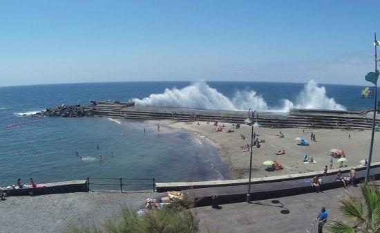 Bajamar, Spain: Hay que tener MUCHO CUIDADO durante la pleamar con las olas. Pueden dar un susto.